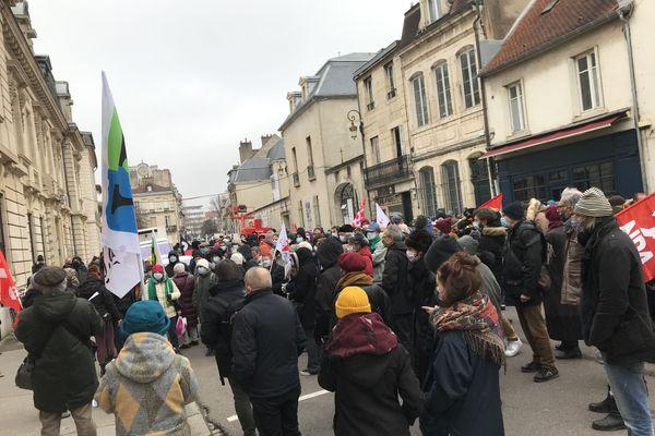 Plusieurs centaines de manifestants se sont massés près de la préfecture de la Côte-d'Or, ce 16 janvier, pour protester contre la loi Sécurité globale.