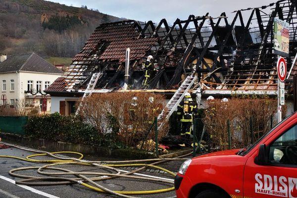 Le toit de l'habitation a été complètement détruit par les flammes.