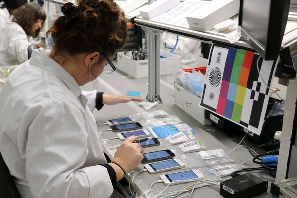 L'entreprise Remade reconditionne les smartphones dans son atelier de Poilley.