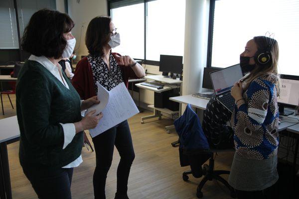 Coordination avant enregistrement de l'émission (Marine Dachary, professeur H-EMC - Louise Merlet, documentaliste, Pauline Bandelier, journaliste)