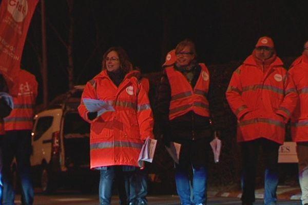 Des militants CFDT Chimie tractent devant les Laboratoires Servier à Gidy (Loiret) - Le syndicat redoute un plan de sauvegarde de l'emploi -  3 janv 2016