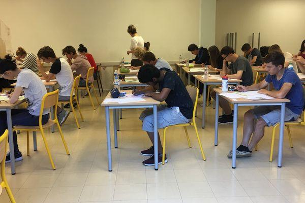 Les élèves de Terminales S planchent sur les sujets de philosophie. C'est parti pour les épreuves du Bac 2017.