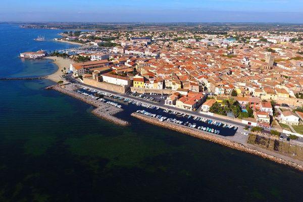 La ville de Mèze, au bord de l'étang de Thau, dans l'Hérault.