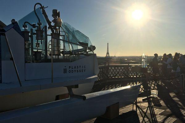 Un catamaran de 6 mètres du projet Plastic Odyssey était exposé sur le toit des Galeries Lafayette à Paris.