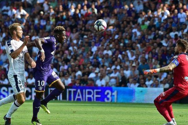 Juste avant la pause, le Toulousain Aaron Leya Iseka bat Benoit Costil et ouvre le score face à Bordeaux.