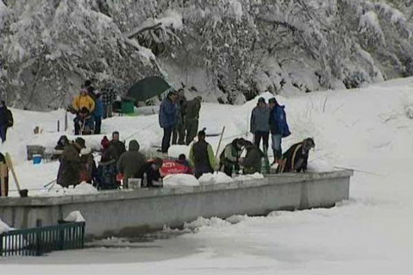 Pour cette édition 2014 de la pêche blanche du Guéry, les participants ont dû se résoudre à pêcher depuis les rives du lac. Sécurité oblige.