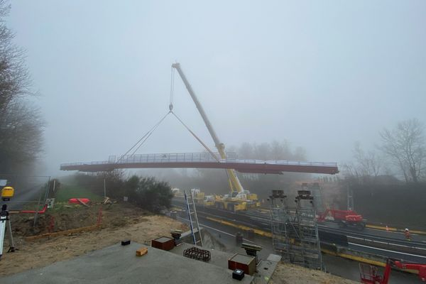 L'installation de la passerelle a duré deux heures, mardi 8 décembre 2020.