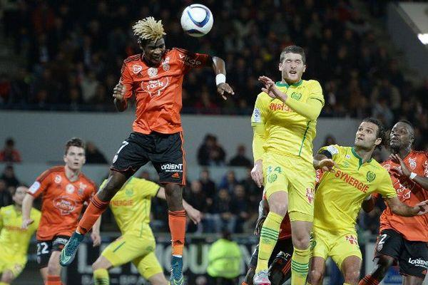 Le milieu de terrain lorientais Didier Ndong en action sur une tête lors du match de la 19e journée de Ligue 1 entre Lorient et Nantes au stade du Moustoir. 19/12/2015