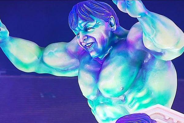 Nicolas Hulot, façon Hulk, défile au premier corso nocture du carnaval de Nice, samedi 16 février. Plusieurs figures politiques sont ainsi caricaturés en personnages du cinéma, car le 7ème art est le thème de l'édition 2019.