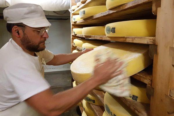 Avec 60 000 tonnes commercialisées chaque année, le comté est la première appellation d'origine protégée (AOP) parmi les fromages français.