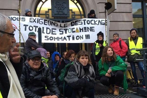 Une quarantaine de militants a bloqué les entrées de la sous-préfecture de Mulhouse ce 30 octobre.