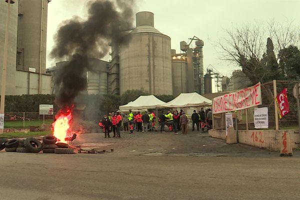 Devant l'usine de Calcia de Beaucaire, une cinquantaine de salariés bloquent l'entrée du site - 17 décembre 2020