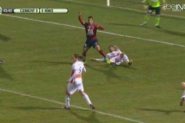 Le capitaine nîmois a touché le ballon de la main et offert un pénalty à Clermont : score final 1 à 0.