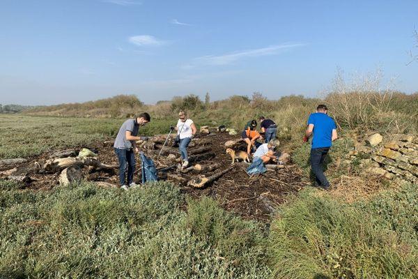Après la collecte, les bénévoles ont trié les détritus en catégories (recyclables, non recyclables, verre, jouets, etc.) puis les ont pesés.