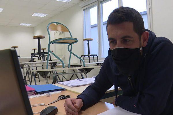 Seul en classe, un professeur d'étude de construction du CFA de Montivilliers donne cours à distance