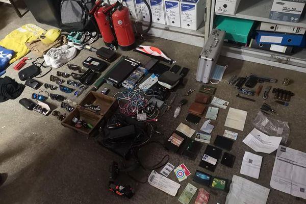 Au domicile des cambrioleurs, de nombreux objets dérobés ont été découverts et sont en cours de restitution à leurs légitimes propriétaires.