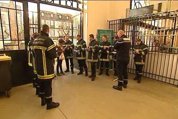 Une trentaine de pompiers étaient présents au marché de Riom ce samedi 26 décembre pour alarmer la population sur leur condition de travail.