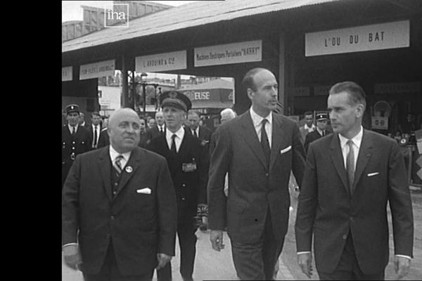 Valéry Giscard d'Estaing, ministre des Finances, inaugure la 43e foire exposition de Bordeaux aux côté de Jacques Chaban-Delmas le 13 juin 1964. 10 ans plus tard les deux hommes seront candidats rivaux aux élections présidentielles
