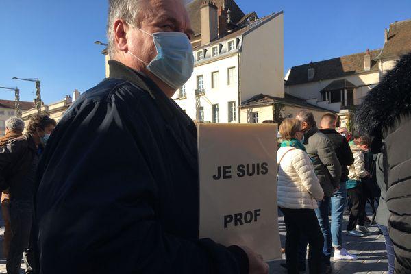 """Les hommages se multiplient sous la bannière """"Je suis prof""""."""