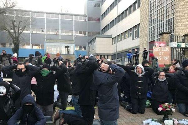 Février 2020 : Élèves et enseignants à genoux devant le lycée Desfontaines de Melle