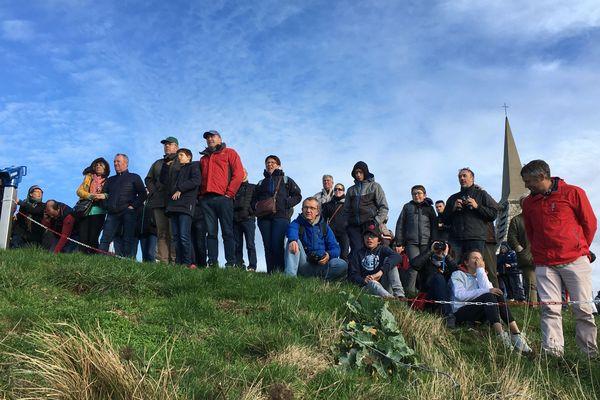 De nombreux spectateurs se sont rassemblés sur les falaises d'Etretat pour observer les voiliers prendre le départ de la course.