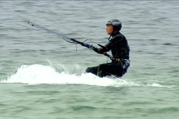 Christophe Ballois s'est lancé le défi de rallier Brest à Lorient en kitesurf en passant par les îles bretonnes.