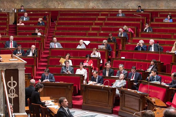 Bernard Cazeneuve, ministre de l'Intérieur, à l'Assemblée nationale lors de l'examen du projet de loi de délimitation des régions le 16 juillet à 1h00.