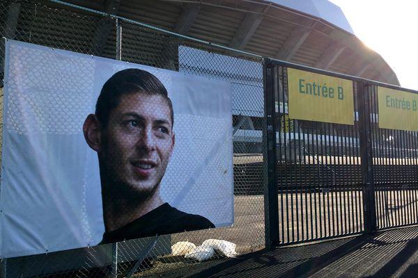 Ce mardi 21 janvier, date anniversaire de la mort d'Emiliano Sala, un portrait du joueur a été installé sur les grilles de la Beaujoire