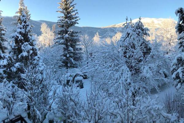 Noël est bel est bien là ! La magie de la neige sur les sapins, ce dimanche 6 décembre 2020.