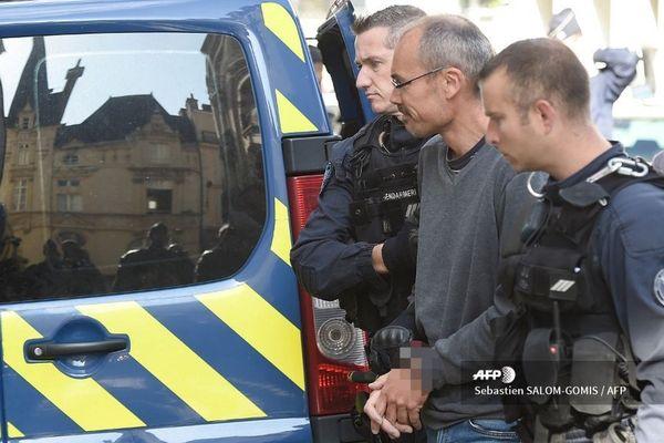 Vincenzo Vecchi, entouré de deux gendarmes, à la sortie du Parlement de Bretagne en août dernier.