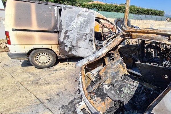 Les deux véhicules ont été totalement détruits.