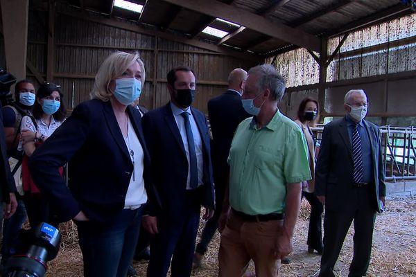 La Présidente du Rassemblement National, Marine Le Pen en déplacement avec le candidat normand aux régionales Nicolas Bay sur une exploitation de fabrication de fromage neufchâtel à Nesle-Hodeng.