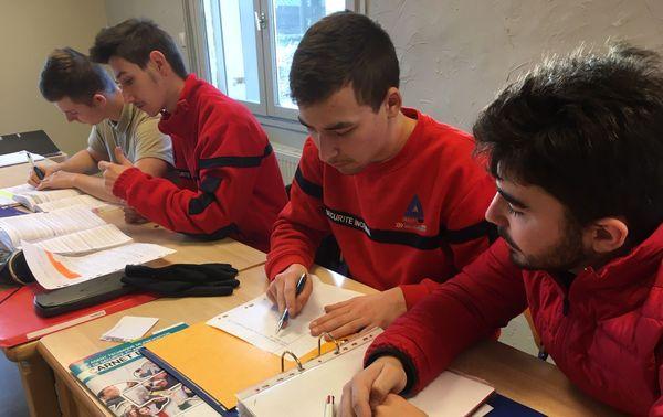 Les élèves de la MFR de Vercel. Le rouge est la couleur du  SSIAP (Service de Sécurité Incendie et d'Assistance à Personnes)