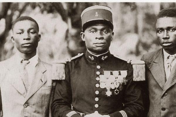 Le capitaine N'Tchorere entouré de ses deux fils