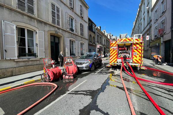 Les pompiers sont intervenus rapidement suite à un incendie dans cette artère centrale de Reims, avenue Jean Jaurès. Le périmètre est bouclé.