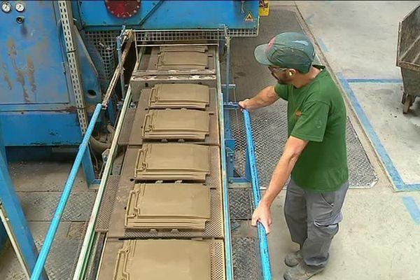 Des tuiles, qui seront cuites avec du biométhane. Une démarche permettant à l'entreprise de rejeter 3800 tonnes de CO2 en moins chaque année
