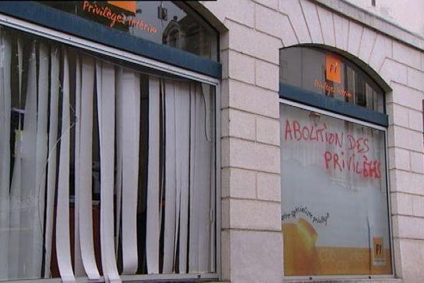 A Dijon, la permanence de Laurent Grandguillaume, député PS de Côte-d'Or, a été dégradée par des opposants à la loi travail et au recours au 49.3, ainsi que des enseignes bancaires ou ici une agence d'intérim
