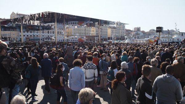 Une foule importante s'est rassemblée ce dimanche sous l'ombrière du Vieux-Port à Marseille pour rendre hommage à Samuel Paty, enseignant assassiné.