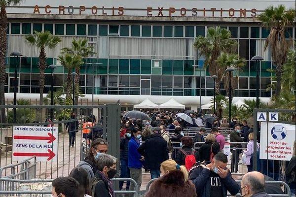 Longue file d'attente pour la vaccination, ce samedi 1er mai devant le palais des expositions de Nice.