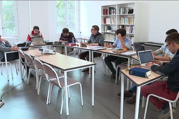 La dernière promotion du séminaire de Bordeaux ne compte que neuf étudiants.