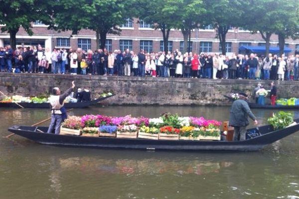 Les barques sont chargées de légumes, de fruits rouges et de fleurs !