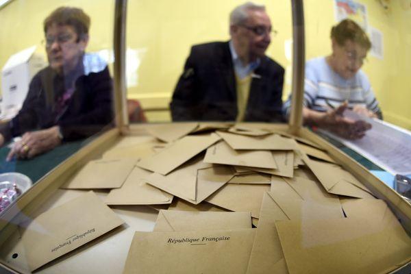 Une urne, dans un bureau de vote.