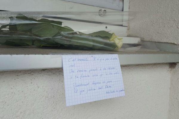 Janvier 2017 : une rose déposée devant l'appartement où a été tué Erwan Monterrosa à St Jacques-de-la-Lande