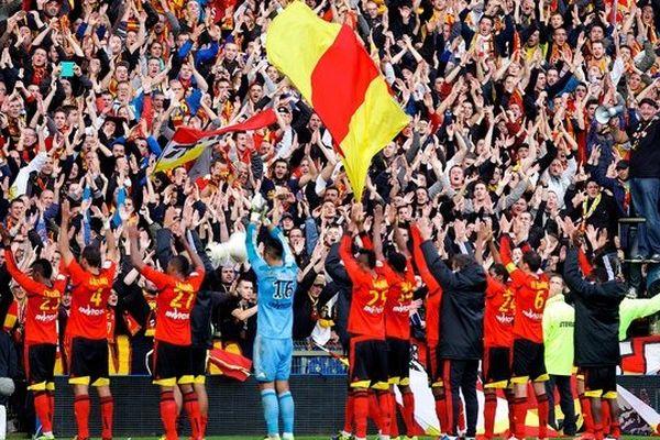 Les joueurs du RC Lens devant le kop pour désormais traditionnel clapping de Bollaert-Delelis.