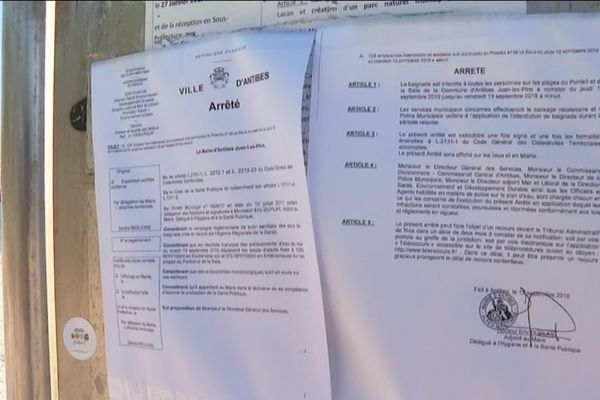 L'arrêté municipal d'interdiction de baignade a été affiché sur les panneaux devant la plage de la Salis à Antibes.