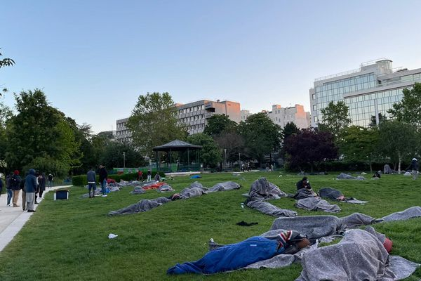 300 exilés ont passé la nuit dans le jardin Villemin à Paris.