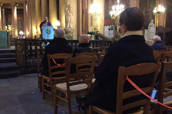 Masques et distanciations étaient de rigueur ce dimanche matin dans la cathédrale de Rennes