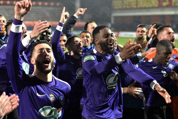 La joie des footballeurs de Canet-en-Roussillon lors de leur victoire contre l'O.M, en 16e de finale de la coupe de France au stade Gilbert Brutus de Perpignan, le 7 mars 2021.