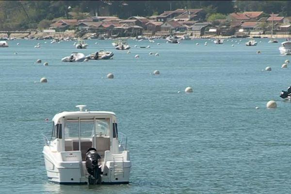 Aujourd'hui, 3 350 corps-mort, dont les flotteurs dépassent du ras de l'eau, sont installés sur le territoire marin de la commune de Lège-Cap-Ferret.