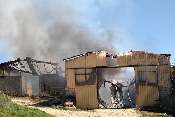 Les deux hangars agricoles se sont effondrés
